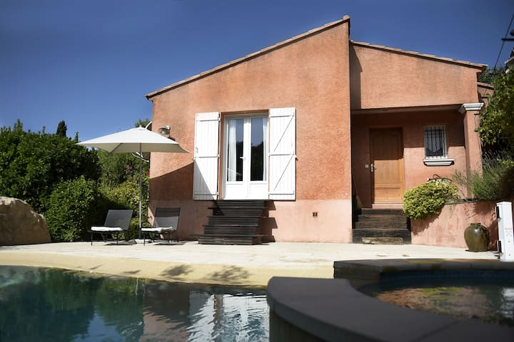 Warm Holiday Home in Montfort-sur-Argens with Swimming Pool