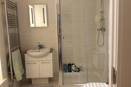 Kingsized room with ensuite shower - Chichester