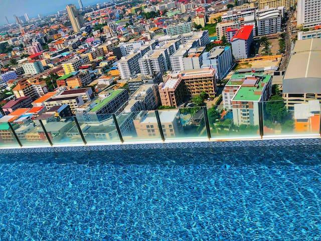 市中心高空景观,无敌夜景大床房,近地铁,270度天空泳池&火车夜市,rca#独家网红泳池道具拍摄