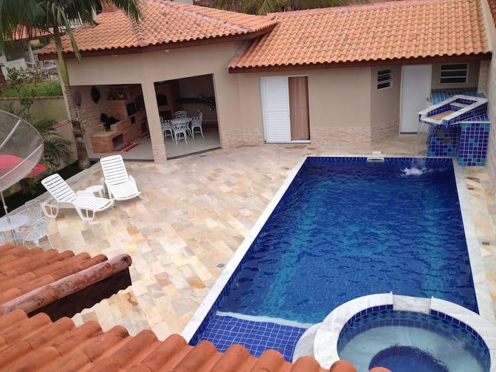 Casa Confortável c/ 4 Suítes, Piscina c/ Spa e LED