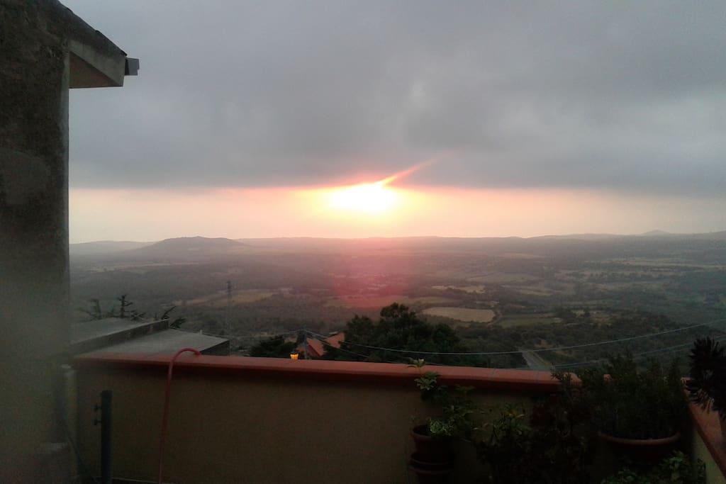 il sole che esce dai nuvoloni per tuffarsi in mare al tramonto