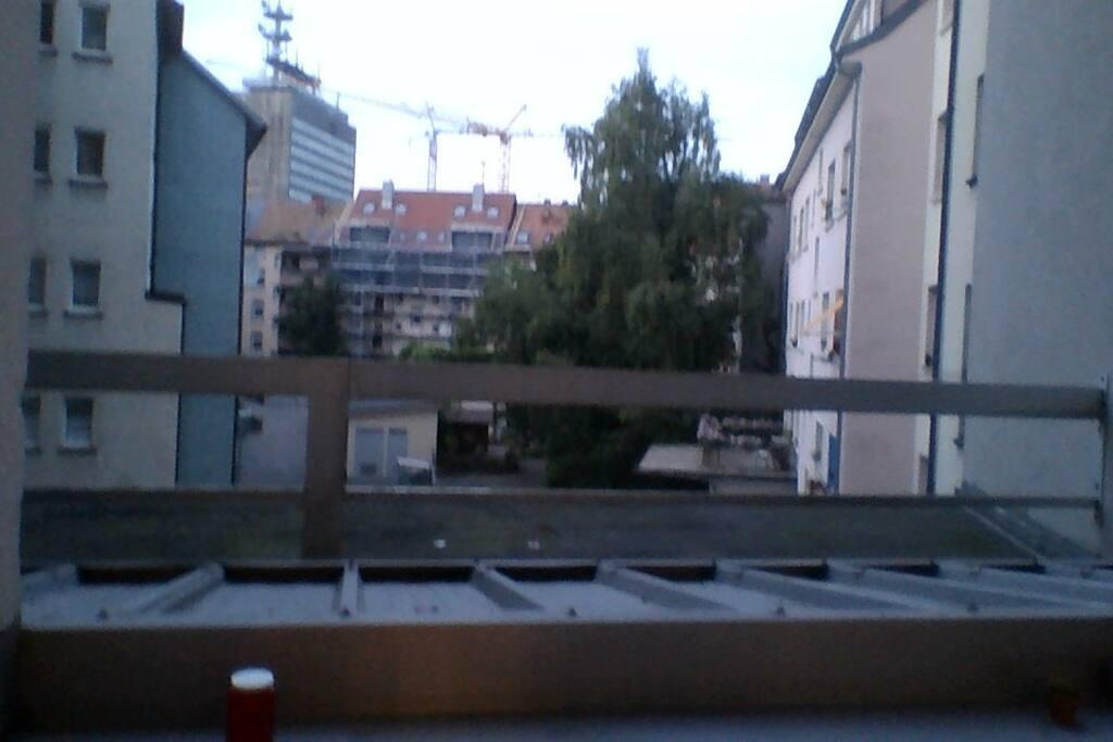 Balkonsicht. Schließt an die Küche an