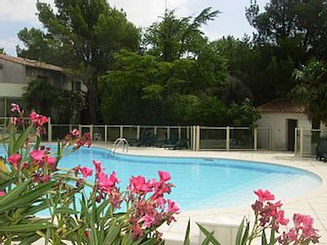 Villa dans résidence avec piscine! Offre WE mai! - Sainte-Cécile-les-Vignes - Condominium