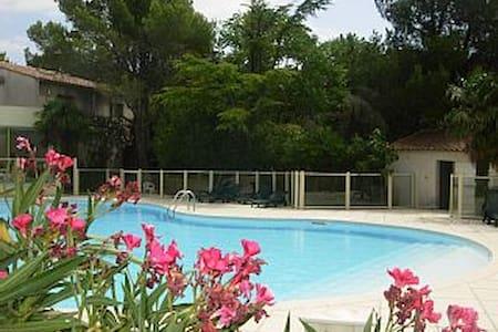 Villa dans résidence avec picsine - Sainte-Cécile-les-Vignes