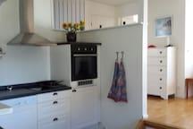 Kök med matplats diskmaskin/ugn/mikro