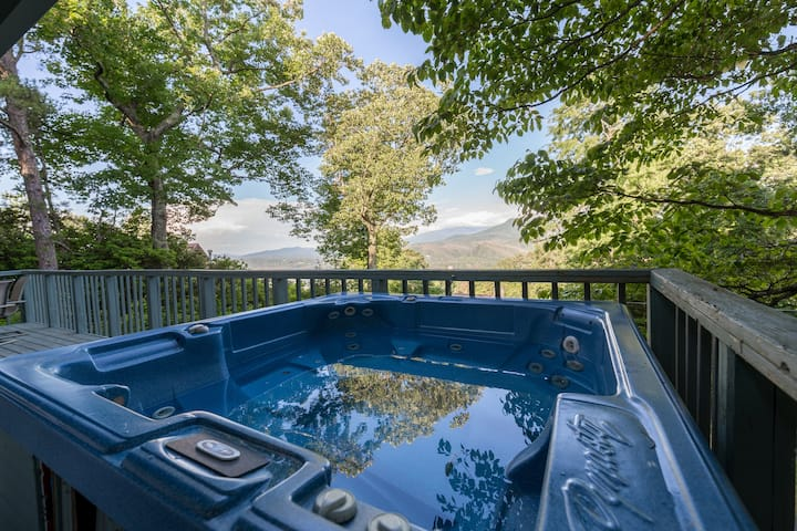 A Bears View: Breathtaking Views, Hot Tub, Game Room, and HOA Swimming Pools!