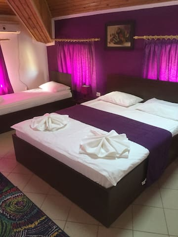 Purple bedroom for 3 persons in Mamaia