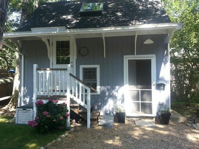 A Cute and Cozy Vineyard Cottage! - Tisbury - Kabin