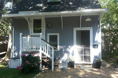 A Cute and Cozy Vineyard Cottage! - Tisbury