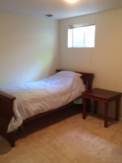 2nd bedroom w/single bed