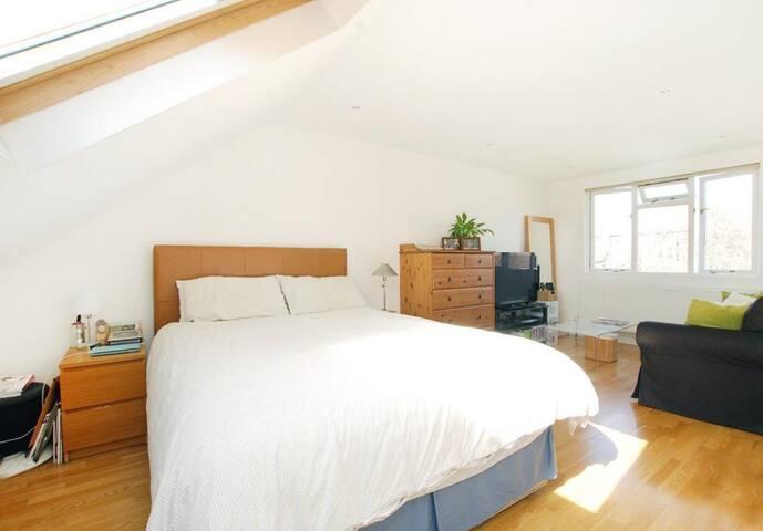Quiet loft space with own bathroom - London - Rumah