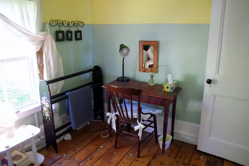 Single Room - desk