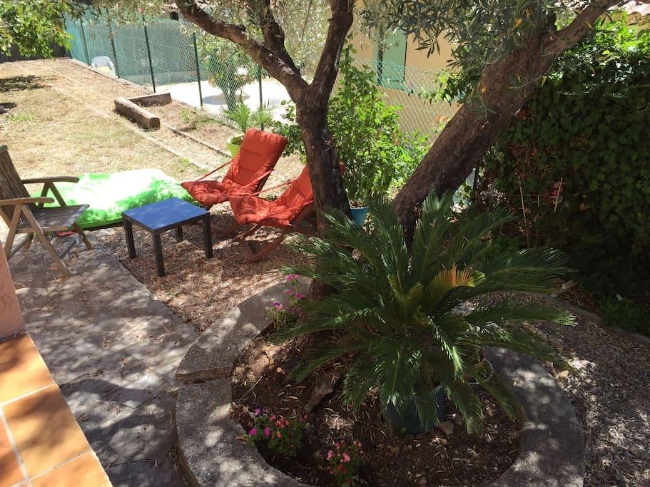 Espace détente à l'ombre d'un olivier