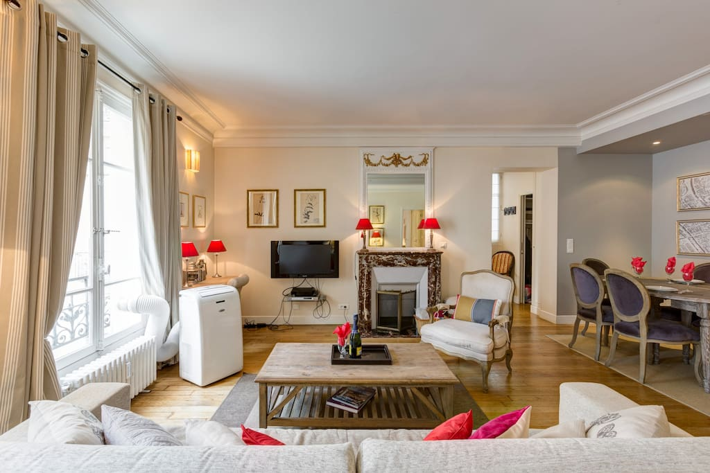 The spacious  living room fully features large sofa and chairs equiped with Flatscreen TV, DVD player,ipod dock, high speed internet, Two big windows, clear and calm