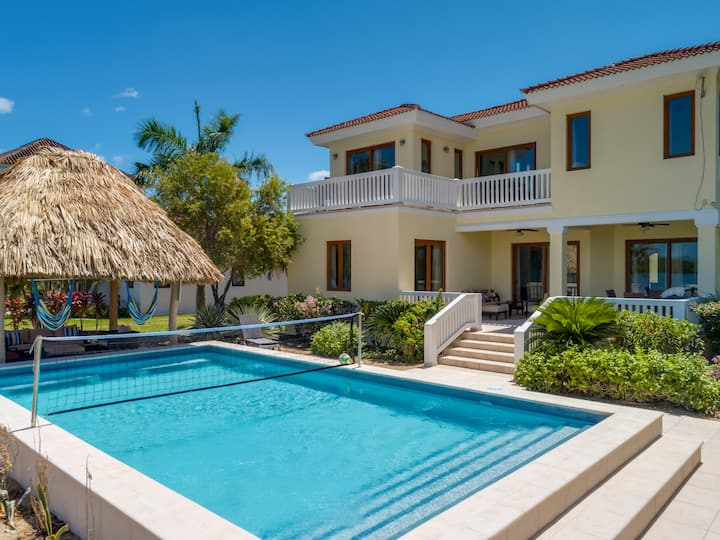 BEAUTIFUL HOME WITH SUNSET VIEWS, MINS FROM BEACH