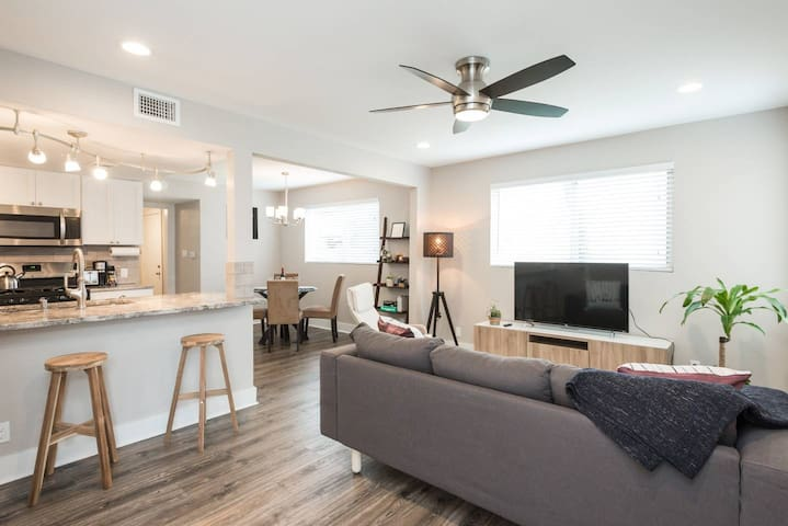 Room 2 in Modern Home: 10 mins to Downtown/Airport