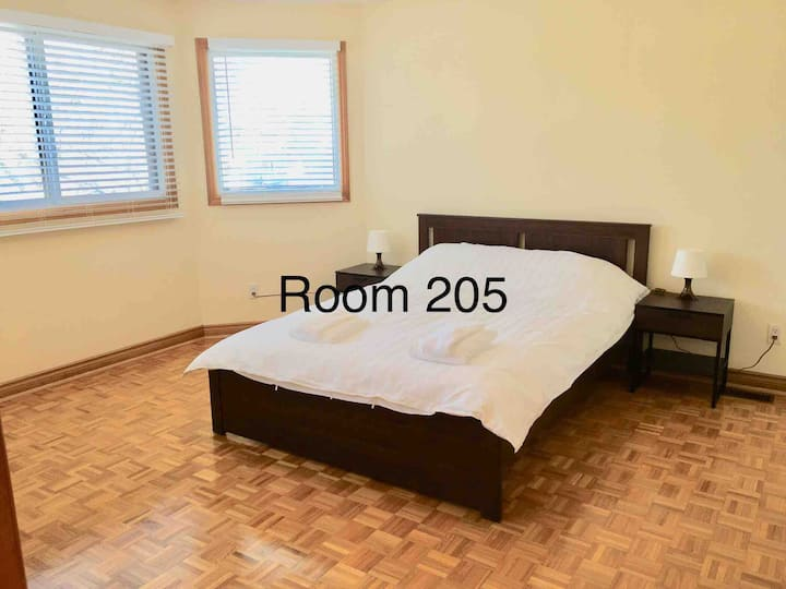 Queen Bed Private Bath Near YYZ Airport Subway