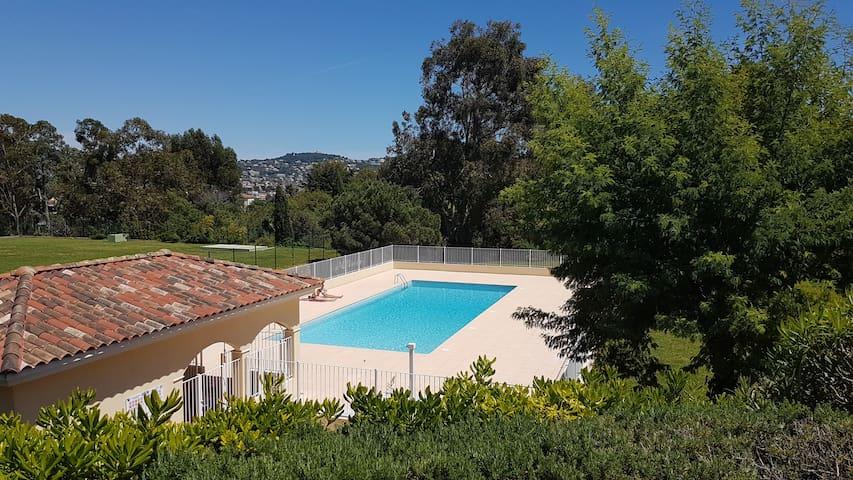 Charmant 2 pièces dans résidence  avec piscine
