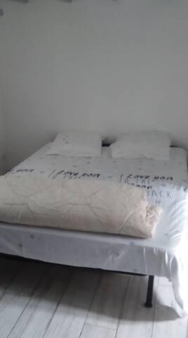 Chambre de gauche avec lit en 160 x 200