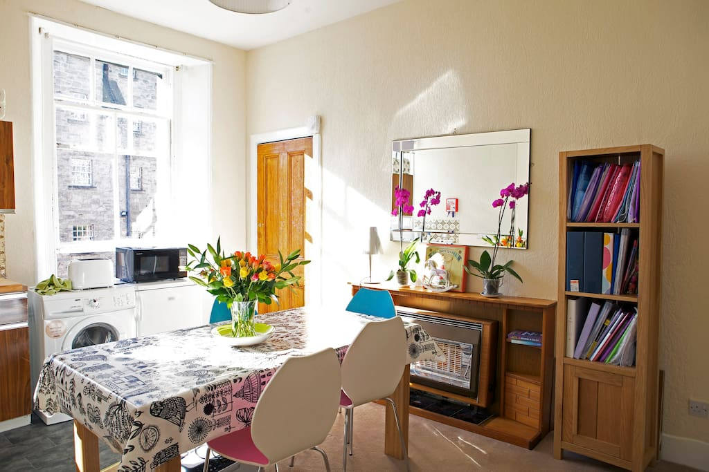 Very bright flat with views over the Royal Mile.