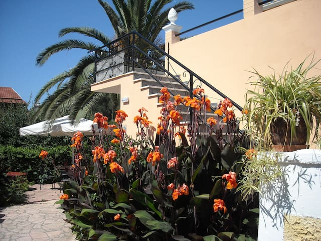 One studio  in a beautiful garden - Pagoi - Apartament
