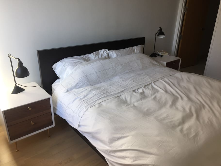 Master bedroom king size hotel-like bed