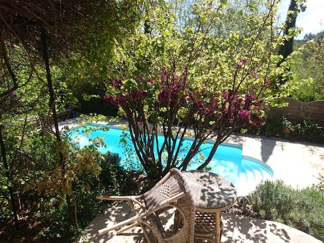 Chambre privée avec sdb et accès piscine chauffée
