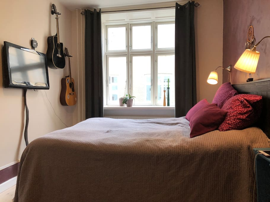 The bedroom with a view to the closed cosy courtyard and a TV!