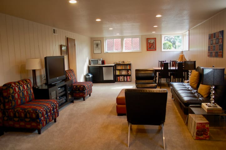 Downtown Sunny 2BR Lower Suite for 8+