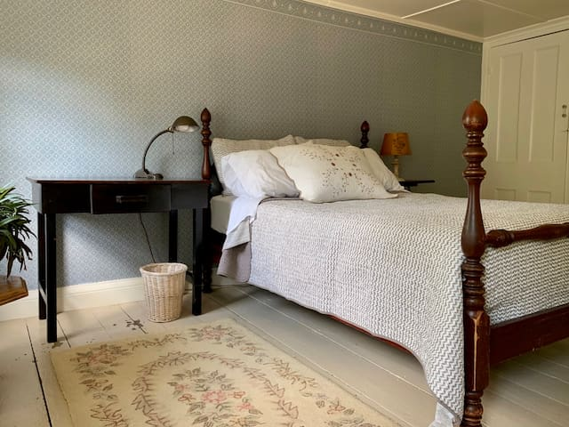 Front bedroom: full-size bed with 100% cotton bedding, spacious and with plenty of light.
