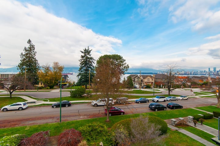 On The Waterfront in Kitsilano -City & OceanViews!