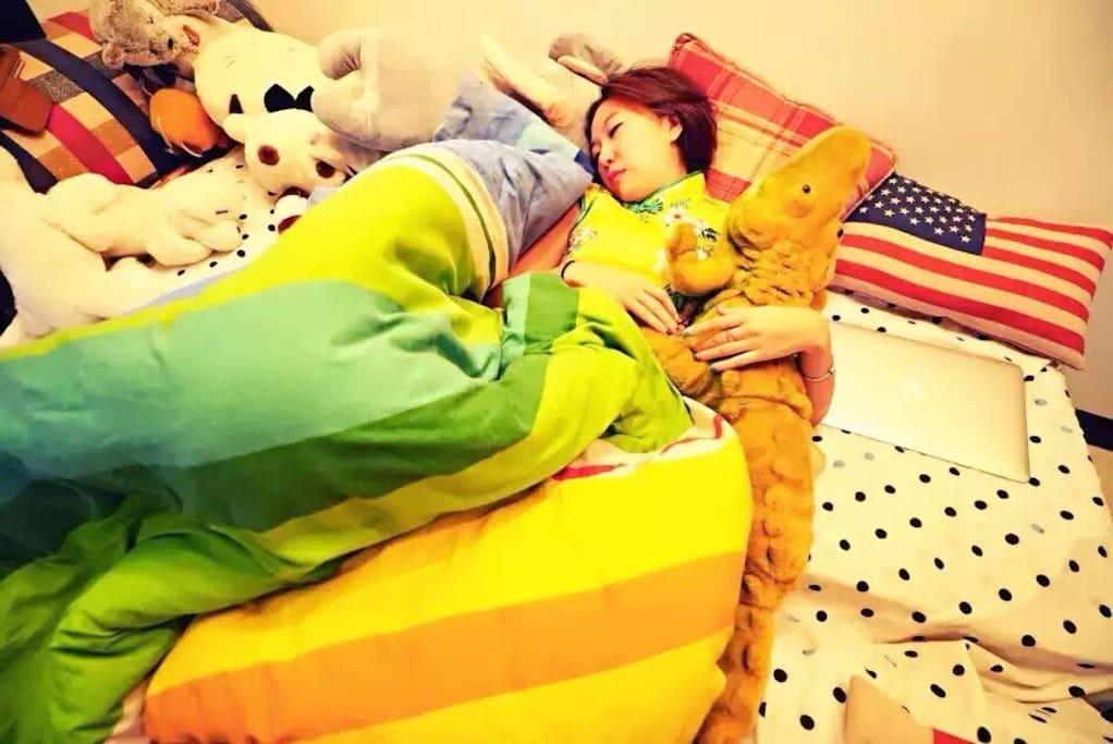 一楼的沙发床,床倒下来后的图,够睡两人!