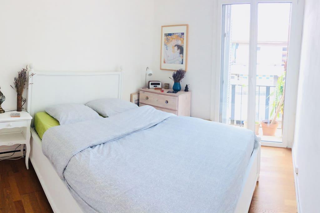 Dormez dans une cosy chambre avec un lit deux places et excellent literie.