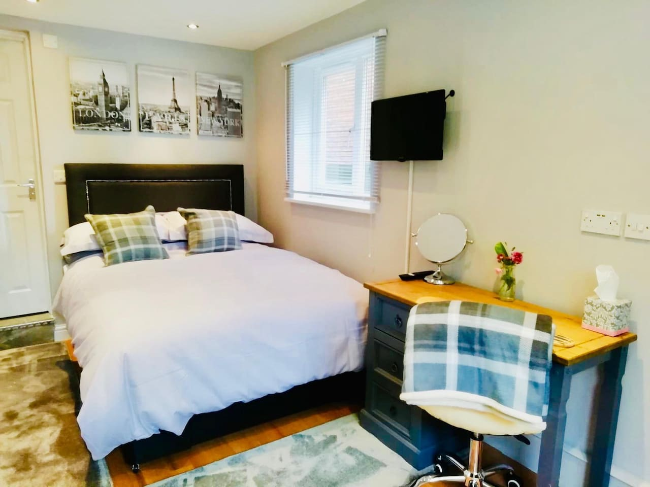 Comfy double bed & workspace