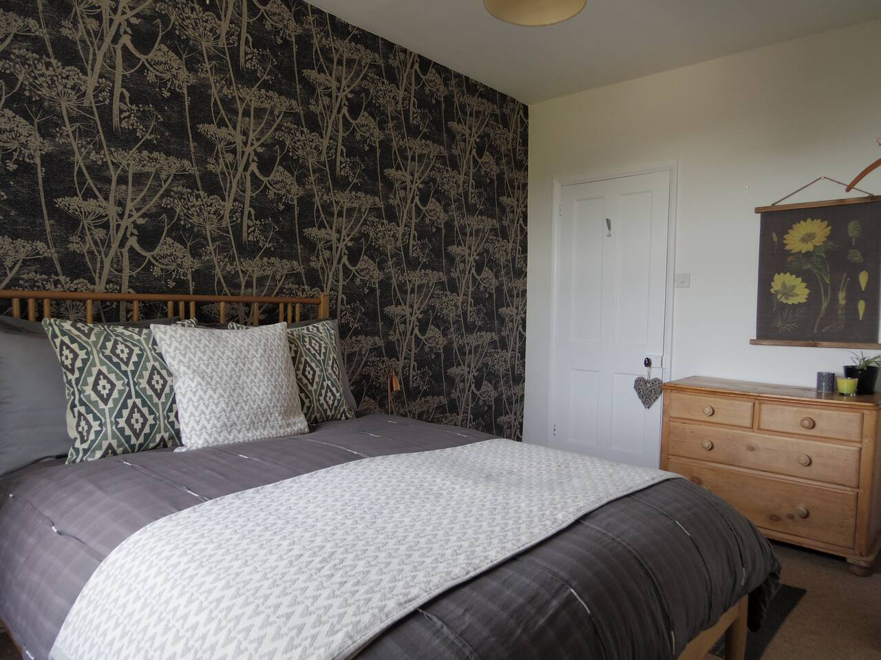 Bedroom 1 aka the Cowparsley Room
