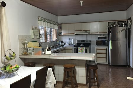 Private Bedroom 10 min from SJO airport, wifi - Alajuela