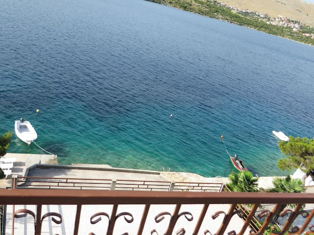 Seafront apartment with private beach - Grebaštica - Apartamento