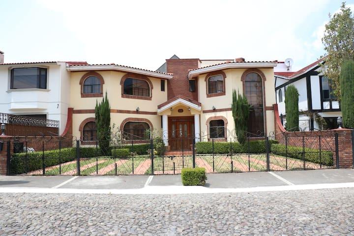 casa con 4 recamaras  casa muy amplia,confortable! - Metepec - Hus
