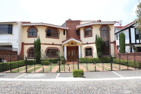 casa con 4 recamaras  casa muy amplia,confortable!