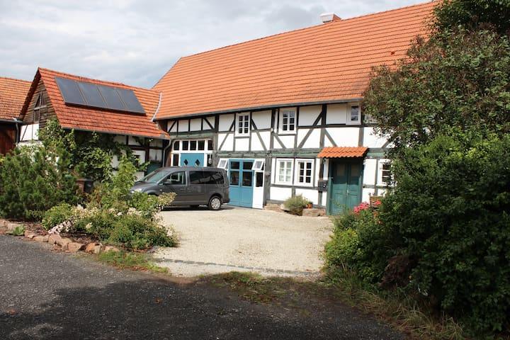Fachwerkhof mit Wohnturm an der Weser