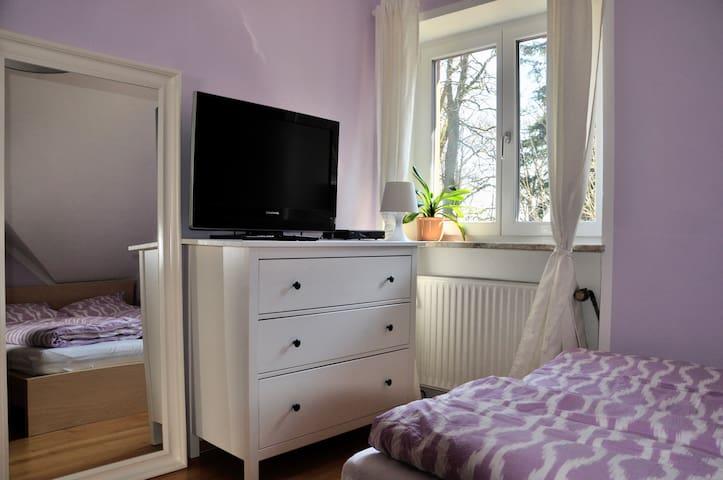 Schlafzimmer mit Doppelbett - Sleeping room with Queen size bed