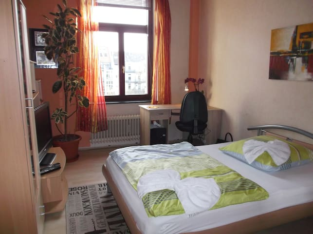 Charming room in Cologne - Colonia - Bed & Breakfast