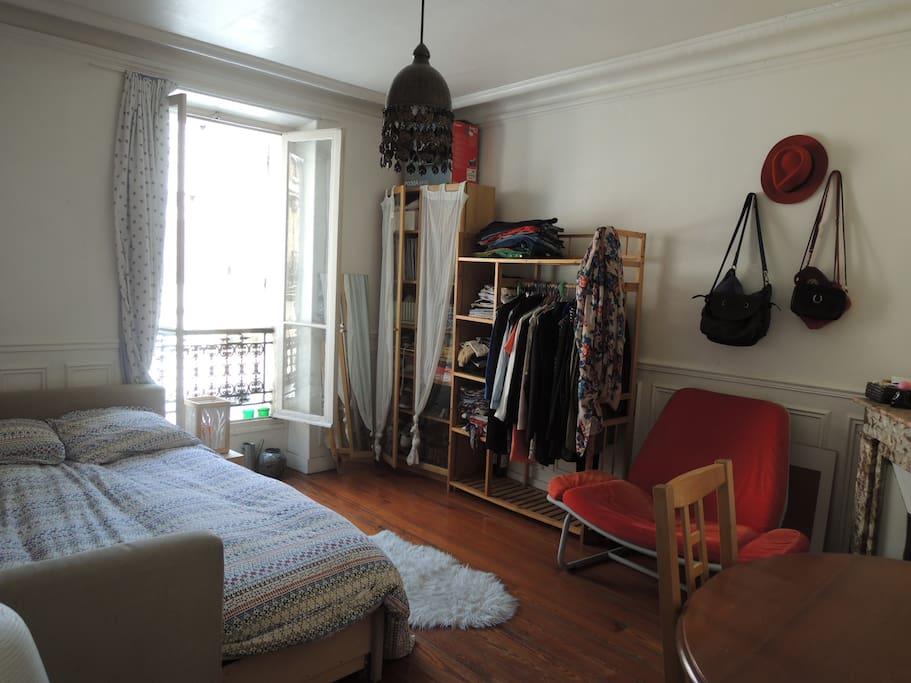 Grande chambre lumineuse appartements louer paris for Chambre a louer paris