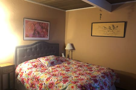 Quiet room w/ free parking in Diamond Heights