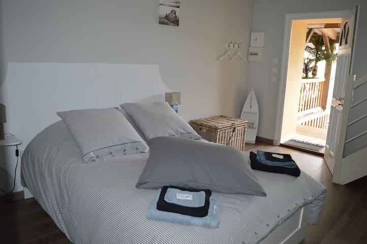 Chambre Alouette - Gite de la Cour - Campandré-Valcongrain - Bed & Breakfast