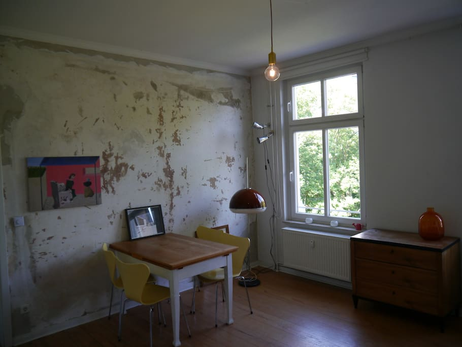 The living room. The vintage-dinnertable can be big-sized. One wall is raw and untreated.
