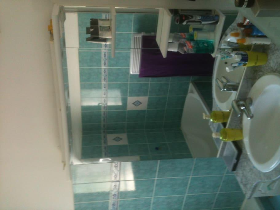 a l envers .... salle de bain avec baignoire