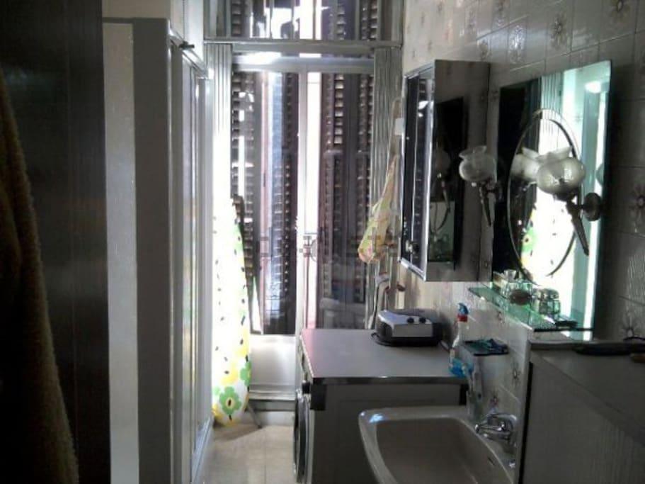 Baño con amplia ducha a la izquierda.