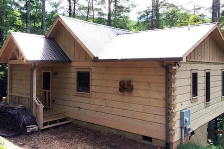 Newer secluded Cherry Log cabin!