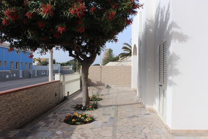 Rosso Corallo, casa al mare con ampio giardino